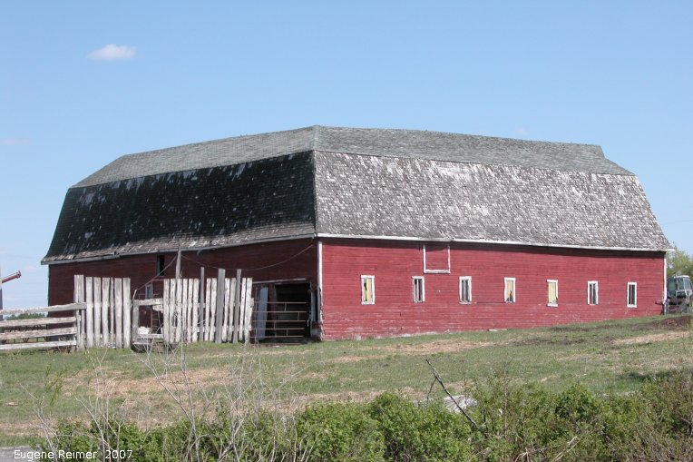 IMG 2007-May26 at Regina-to-Yorkton:  barn